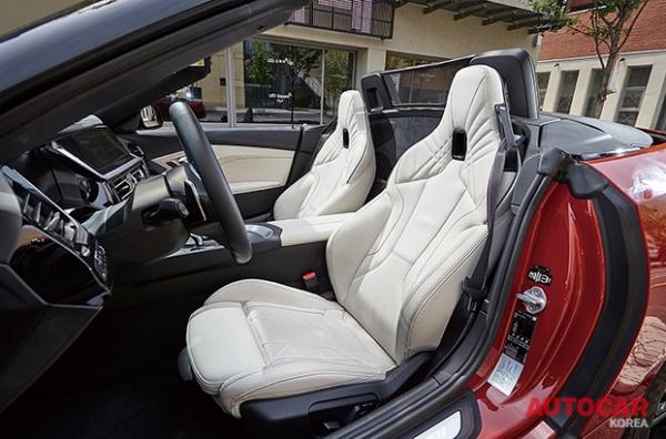 BMW 로드스터에 처음 적용된 헤드레스트 일체형 시트